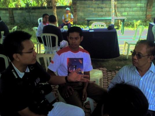 Sedang berbincang dengan Bagus Ngurah Rai, salah satu pejuang